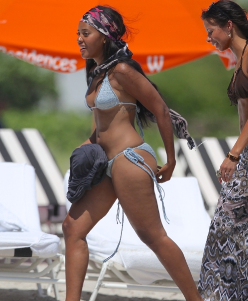 angela-simmons-beach-1