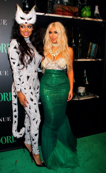 lala-anthony-et-kim-kardashian-playboy-mansion-halloween-party-1