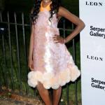 Azealia Banks dans une drôle de robe et de drôle de chaussures