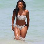 Angela Simmons est de retour sur la plage à Miami, elle fait la promo pour sa soeur