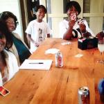 madame-katherine-jackson-et-sa-famille-jouent-aux-cartes-uno