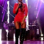 Mary J Blige en pleine interaction avec son public lors d'une tournée à Philadelphia