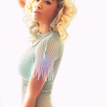 Rita Ora fait profil bas en mode casual lors d'une sortie