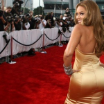 Beyonce embrase le stade pendant la mi-temps du SuperBowl