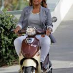 Queen Latifah en scooter sur un plateau de tournage