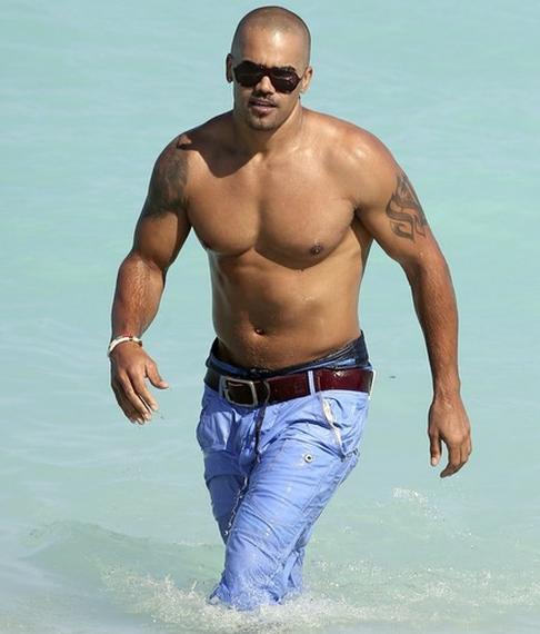 Shemar moore fait le beau la plage for Shemar moore tattoos