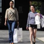 Zoe Saldana et une amie dévalise les boutiques de West Hollywood