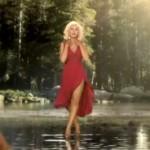 Christina Aguilera marche sur l'eau pour la promo de The Voice