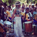 Beyonce passe du temps avec des enfans au Brésil