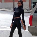 Jessica White pose devant les studios de CBS à Manhattan