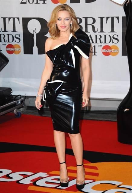 Rita Ora, Iggy et d'autres sur le tapis rouge des Brit ...