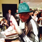 Pharrell Williams met l'ambiance sur le plateau de SNL