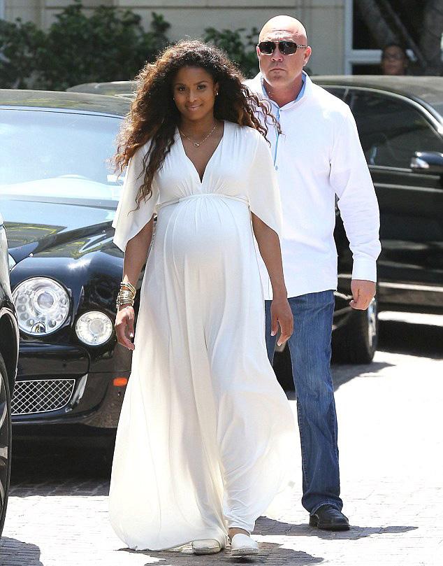 Ciara-enceinte-marche
