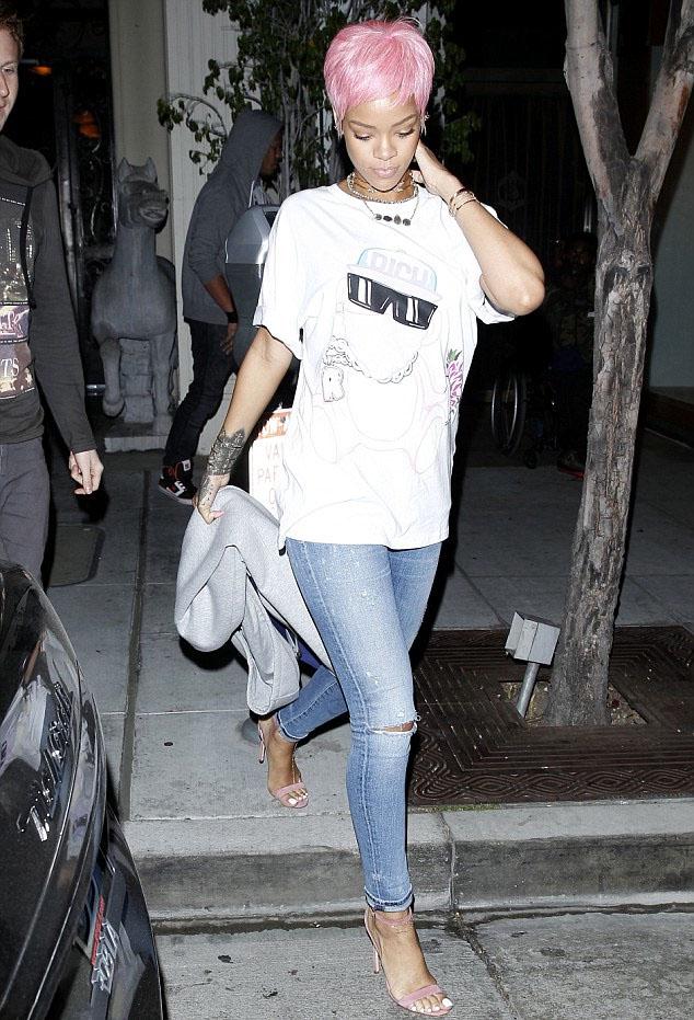 Rihanna-rose-out