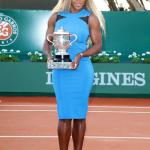 Serena Williams exhibe le trophée de Roland Garros