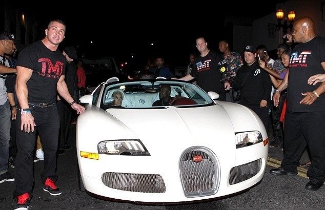Floyd Mayweather présente sa nouvelle Bugatti avec sa muse  Doralie Medina