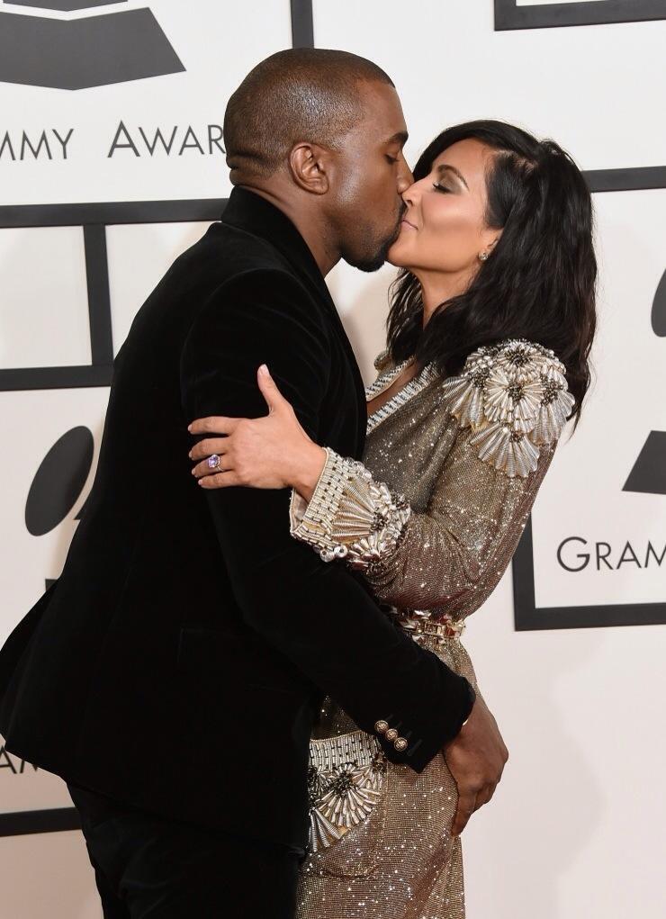 Kim Kardashian et Kanye West s'embrassent sur le tapis rouge des Grammy Awards 2015