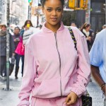 Rihanna en survêtement rose Sean John arpente les rues de New York City