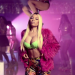 Nicki Minaj en Versace dans le clip vidéo Throw Sum Mo