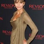 Halle Berry sublime dans une robe kaki lors d'un évènement Revlon