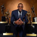 """LeBron James reçoit son quatrième """"Most Valuable Player"""" Trophée"""